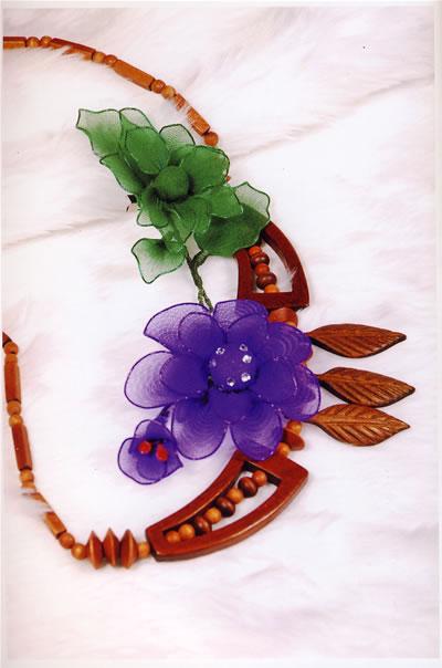 包括了头饰,胸花,小动物等40多种饰品,让丝网制品爱好者通过自己的