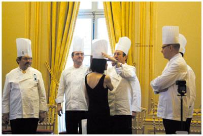 曾担任巴黎蓝带学院助手(料理及甜点)及就职于巴黎艾里克?